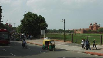 foto de lapso de tempo de trânsito na estrada fora do forte vermelho, delhi, índia video