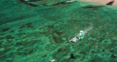 vista aérea de kitesurfistas deslizando pelo oceano azul