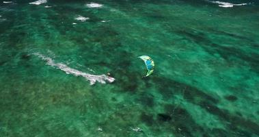 Vista aérea de kitesurfistas deslizándose por el océano azul