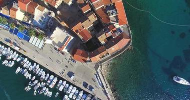Vista aerea dei tetti e del porto di Komiza, Croazia