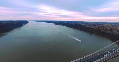 George Washington Bridge (2016) Luftüberführung mit Schnellboot