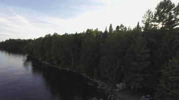campeggio sorvolo aereo sull'acqua