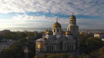a catedral da assunção em varna, vista aérea, vídeo video