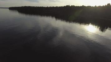 volo aereo sull'acqua rivelando foresta e orizzonte 2