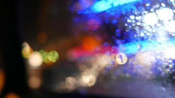 ventana de coche lluvioso luces de la ciudad