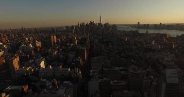 foto aérea do pôr do sol de nyc voando em direção à liberdade uma torre