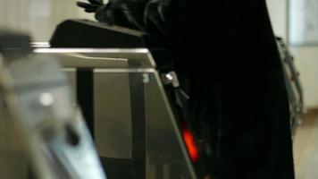 tourniquets dans une station de métro.