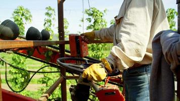 trabajador operando una máquina cosechadora video