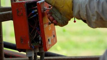 trabajador operando una máquina afuera video