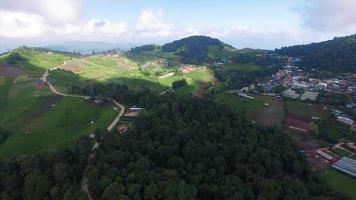 Tailândia chiang mai voando sobre montanhas exuberantes em direção à cidade
