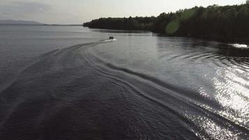 sobrevôo aéreo de Maine enquanto o barco faz uma curva 2