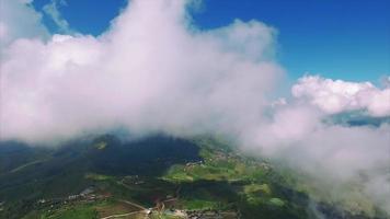Tailândia chiang mai vista estacionária de montanhas com nuvens chegando