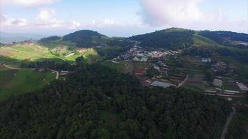 tailândia chiang mai voando em direção a cidades e montanhas