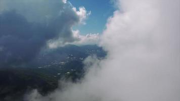Tailândia Chiang Mai voando através de nuvens cúmulos vislumbrando a terra
