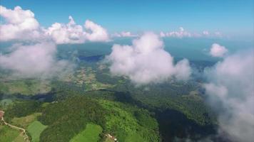 thailand chiang mai vlieg door wolken die heuvelachtig terrein bekijken