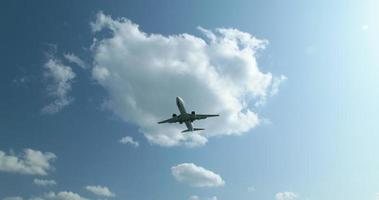4k, lage hoek shot van een landing van een vliegtuig.