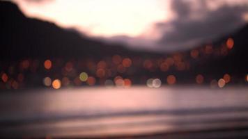 sfondo o copia spazio di mare e città al tramonto