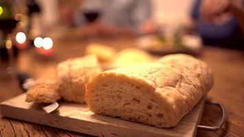 Primer plano de pan ciabata en la mesa de la cena video