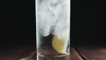 il vetro viene versato con acqua