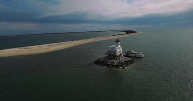 Faro de playa larga con barco, vista de 90 grados