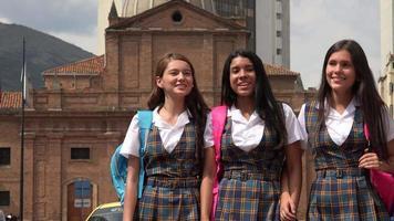 studentesse che camminano dopo la scuola