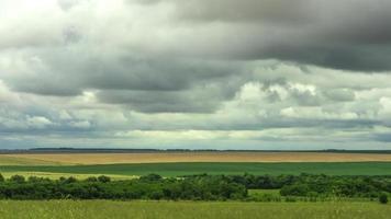 movimiento de nubes sobre los campos cosecha de pan de grano
