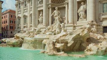 Italia giornata di sole roma famosa fontana di trevi edificio panorama anteriore 4K lasso di tempo