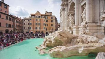 itália dia de verão roma famosa fonte trevi lado frontal monumento panorama 4k time lapse