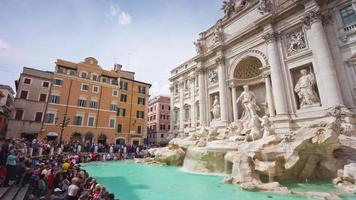 Italia día soleado Roma famosa fuente de trevi frente lateral monumento panorama 4k lapso de tiempo video
