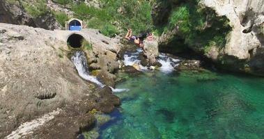 hombre saltando a la fuente del río krka video