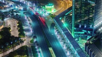 illuminazione notturna Dubai Mall traffico strada tetto vista dall'alto 4k lasso di tempo Emirati Arabi Uniti video