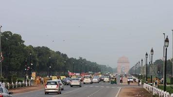Zeitrafferaufnahme des Verkehrs auf der Stadtstraße, Indien-Tor, Neu-Delhi, Indien