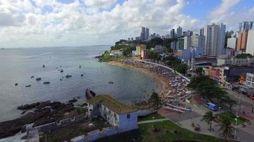 sobrevoando a praia do porto da barra em salvador, bahia, brasil video