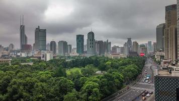 China tormenta cielo shanghai ciudad parque tráfico calle techo superior panorama 4k lapso de tiempo