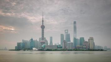 Cina tramonto nebbia shanghai paesaggio urbano traffico fiume baia panorama 4K lasso di tempo
