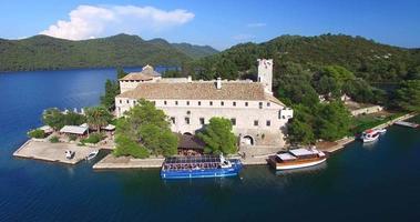 vista aérea dos barcos ancorados no porto de r. ilha mary, croácia