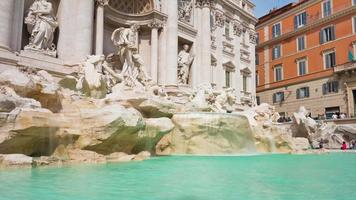 Italia giornata di sole roma città famosa fontana di trevi panorama anteriore 4K lasso di tempo video