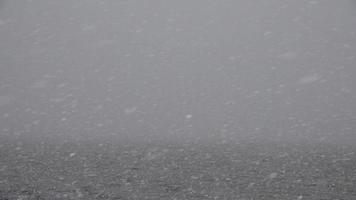 tempestade de neve sobre a massa de água video