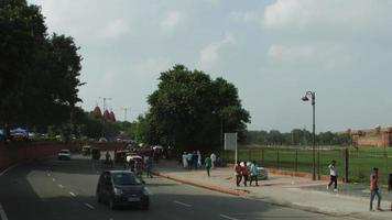 Time lapse shot de trafic sur route à l'extérieur de Red Fort, Delhi, Inde