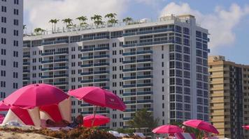 USA summer day miami south beach hotel di lusso ombrelloni 4k video