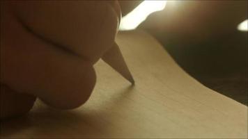 escrevendo uma carta à mão com lápis de grafite video