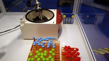 Roboterarm bewegliche Reagenzgläser Medizin 4k video