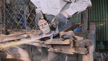 trabalhador afiando uma lâmina larga com um rebolo video