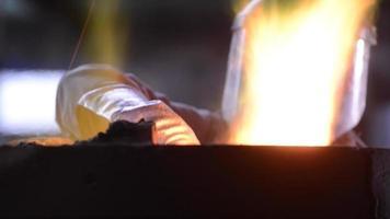 Trabajador del acero en ropa protectora, horno rastrillo en una fundición industrial video