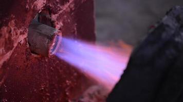 lavoratore siderurgico in indumenti protettivi rastrellatura forno in una fonderia industriale video