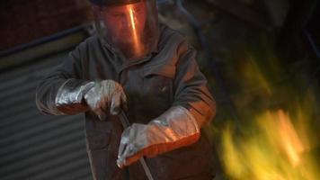 Stahlarbeiter in Schutzkleidung Rechenofen in einer Industriegießerei