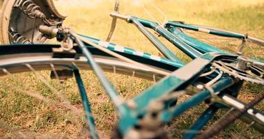 bicicleta tirada en la hierba en el día de verano