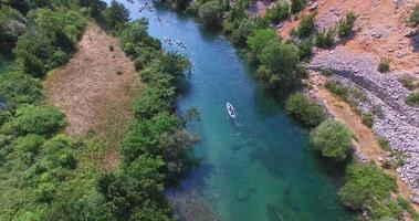 vista aérea de caiaque no rio zrmanja, croácia