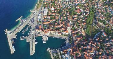 vista aerea della città di supetar, croazia