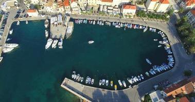 Vista aerea della barca entrando supetar marina sull'isola di Brac